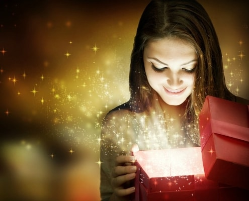 woman_opening_gift